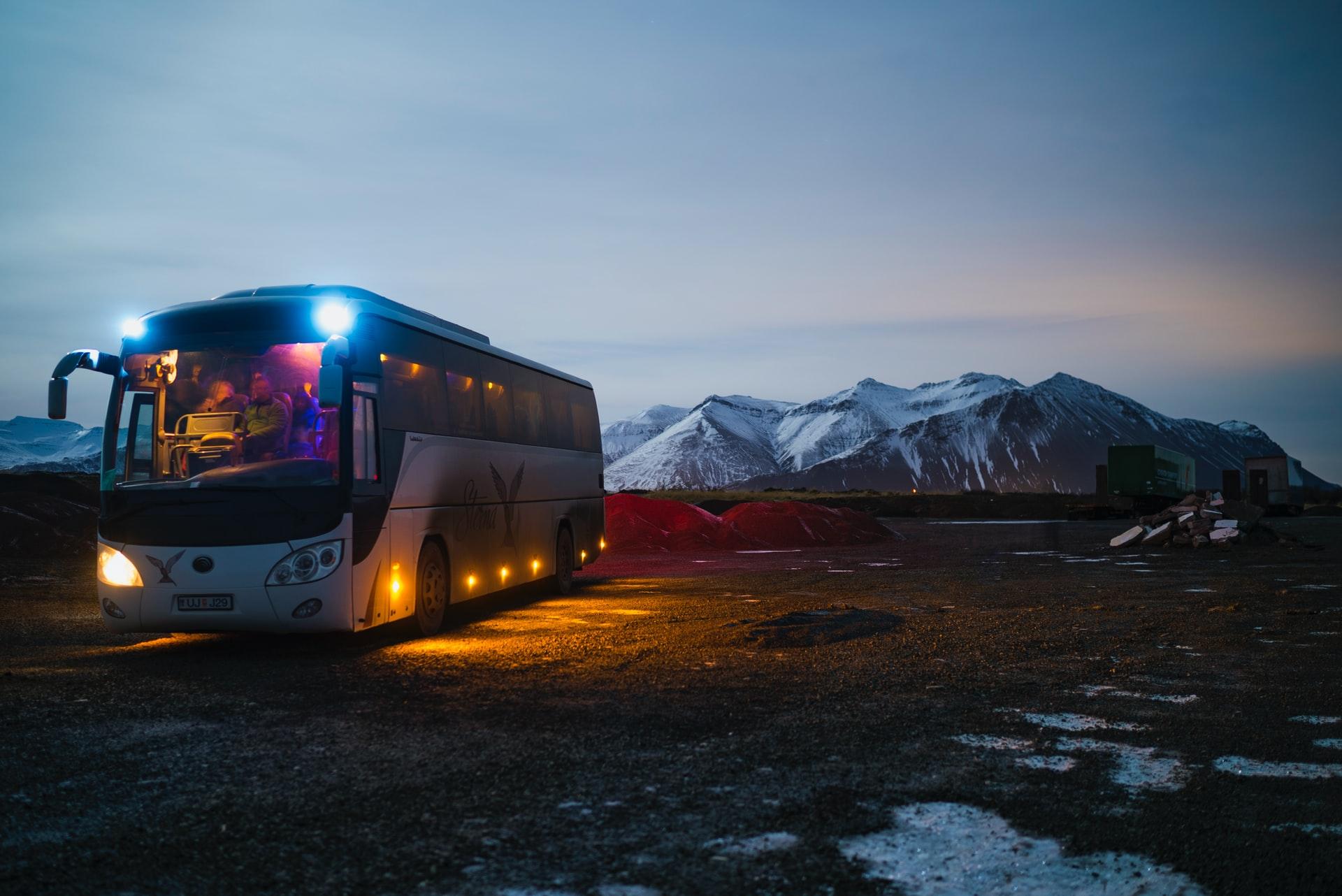 Voyage en groupe : pourquoi choisir la location d'un bus